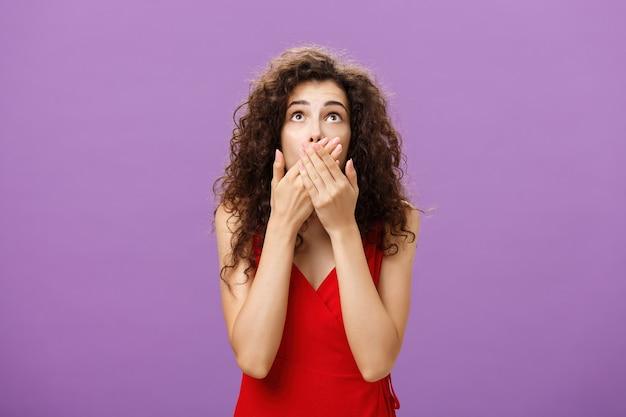 Vrouw wordt geschokt en verbijsterd terwijl ze een man ziet vallen die hijgend uit een boom valt en zich nerveus voelt...
