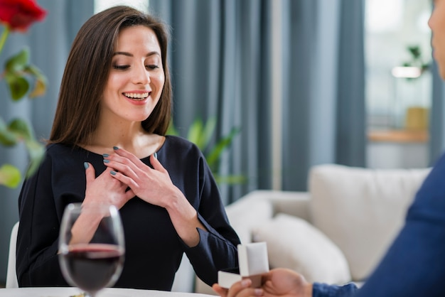 Vrouw wordt gevraagd om met haar vriend te trouwen