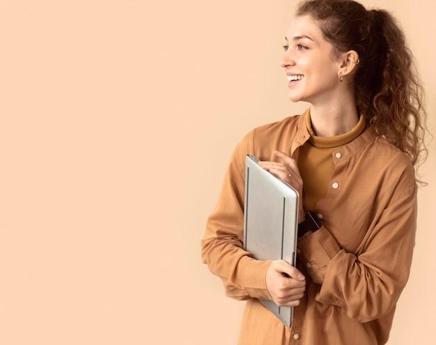 Vrouw wordt verbonden met virtuele moderne technologie