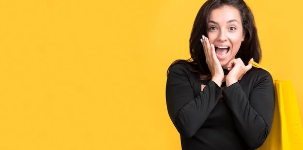 Vrouw wordt verrast zwarte vrijdag shopping evenement