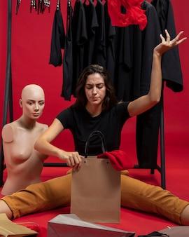 Vrouw zat naast mannequin