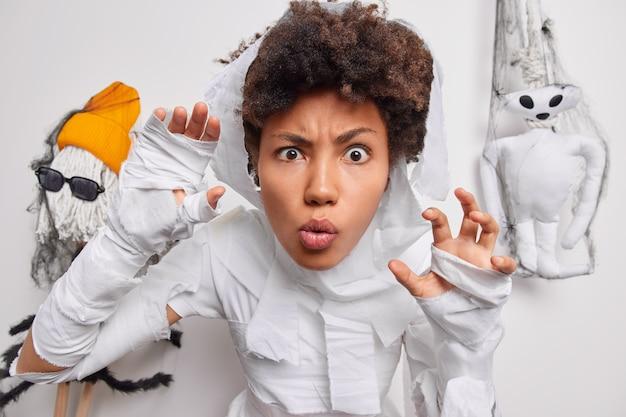 Vrouw zegt boe speelt trick or treat viert halloween thuis verkleed als spook