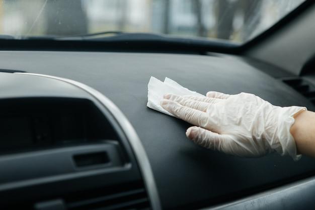Vrouw zet beschermende handschoenen in een auto