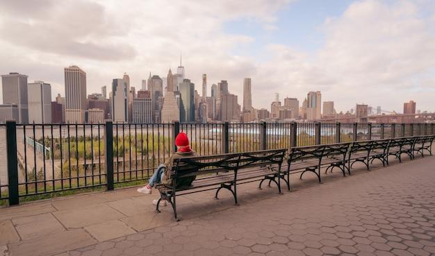 Vrouw zetel panorama skyline new york