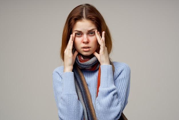 Vrouw ziek op grijze ruimte en gezondheidsproblemen keel loopneus sjaal
