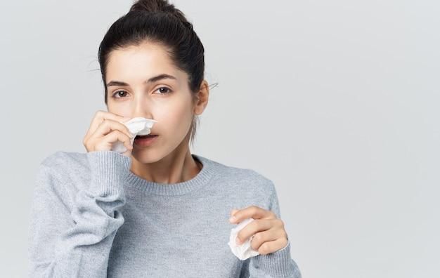 Vrouw ziekte loopneus gezondheidsproblemen trui kopieer de ruimte. hoge kwaliteit foto