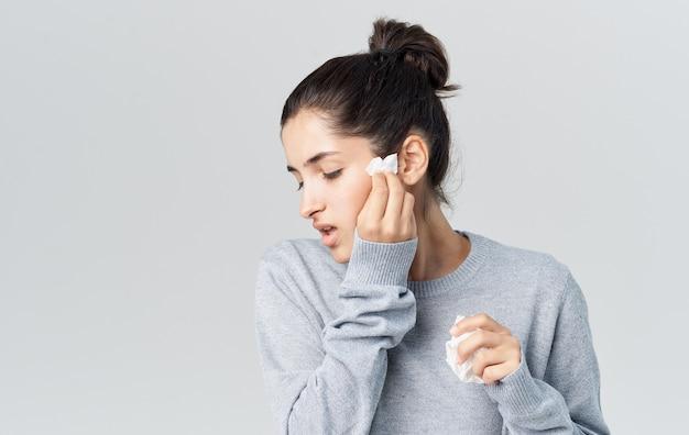 Vrouw ziekte loopneus gezondheidsproblemen trui