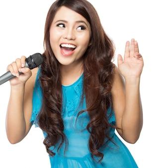 Vrouw zingt karaoke