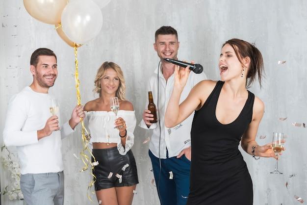 Vrouw zingt op feestje