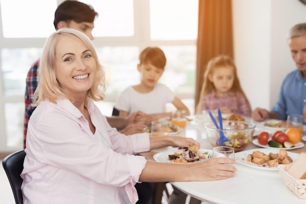 Vrouw zit aan feestelijke tafel voor thanksgiving