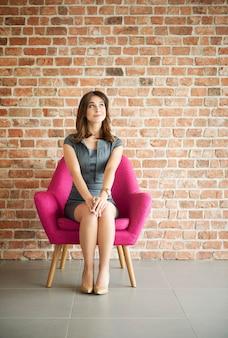 Vrouw zit comfortabel op de stoel