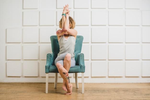 Vrouw zit en verbergt gezicht op stoel