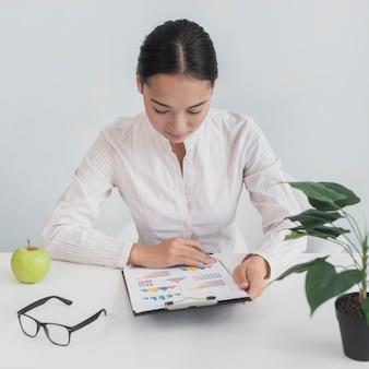 Vrouw zit op haar werkplek
