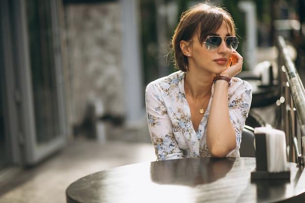 Vrouw zitten buiten café