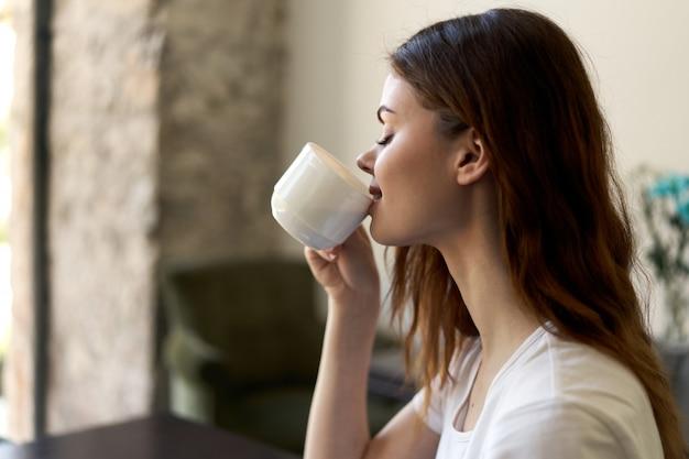 Vrouw zitten in café, ontspannen en koffie drinken