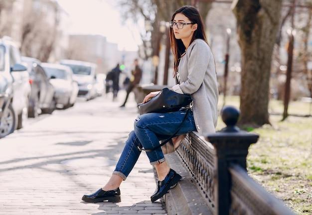 Vrouw zitten in een balustrade
