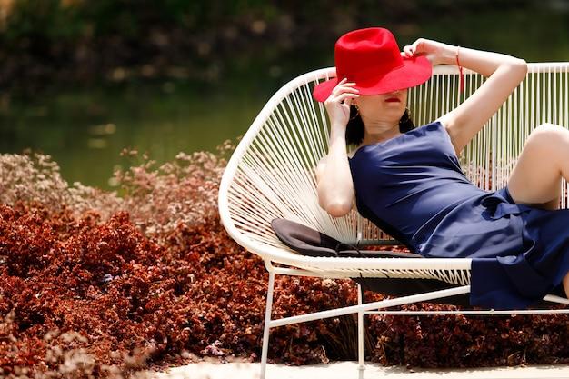 Vrouw zitten in veld met mooie kleur in de zomer-lente.