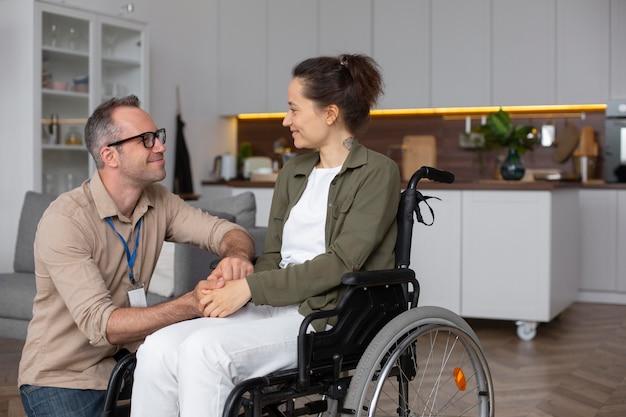 Vrouw zittend in rolstoel medium shot