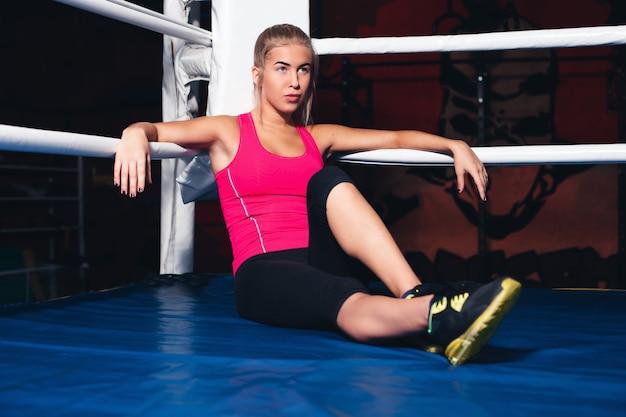 Vrouw zittend op de boksring