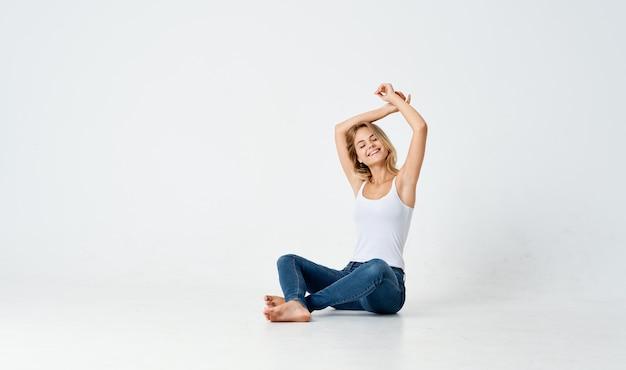 Vrouw zittend op de vloer leuke emoties modieuze kapsel studio. hoge kwaliteit foto