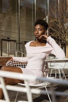 Vrouw zittend op een witte stoel