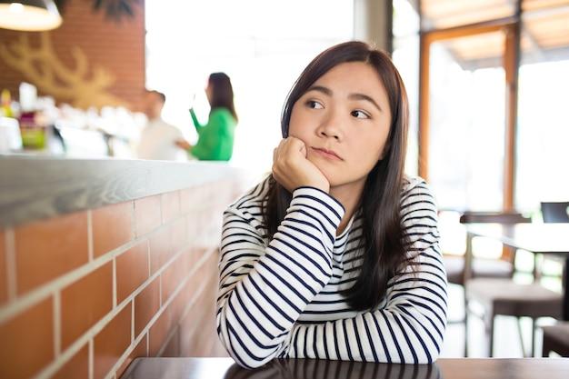 Vrouw zo verdrietig in café
