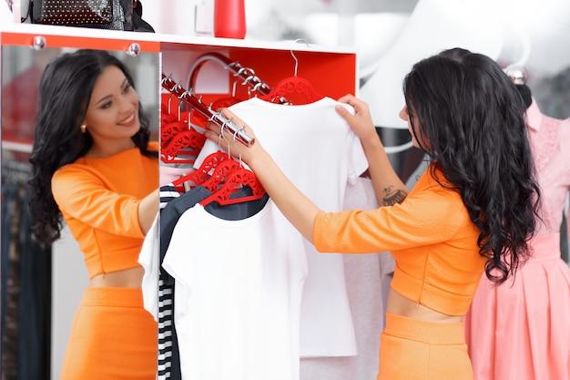 Vrouw zoekt een wit overhemd