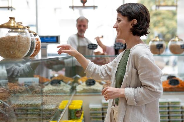 Vrouw zoekt lekkers bij een lokale mannelijke producent
