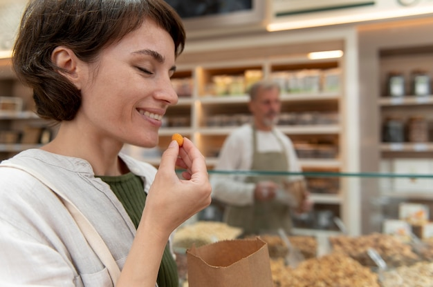 Vrouw zoekt lekkers bij een lokale producent