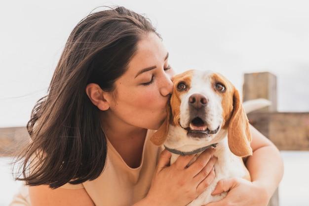 Vrouw zoenen hond