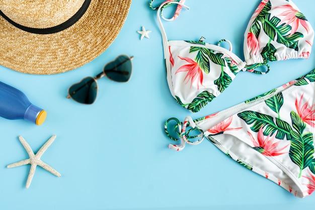 Vrouw zomer accessoires op blauwe achtergrond