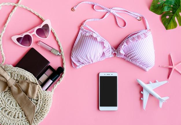 Vrouw zomer accessoires op roze achtergrond