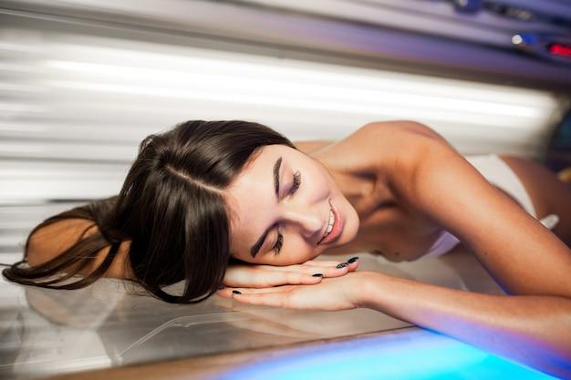 Vrouw zonnebank behandeling mooi