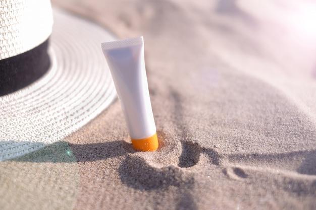 Vrouw zonnebrandcrème strand zomerzon bescherming.