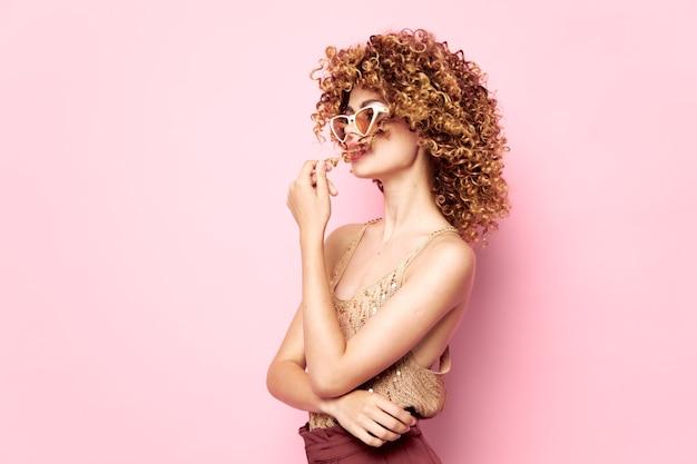 Vrouw zonnebril met witte frames mode kleding geïsoleerde ruimte