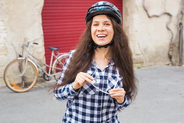 Vrouw zonnebril op de muur fiets en rode deur zetten