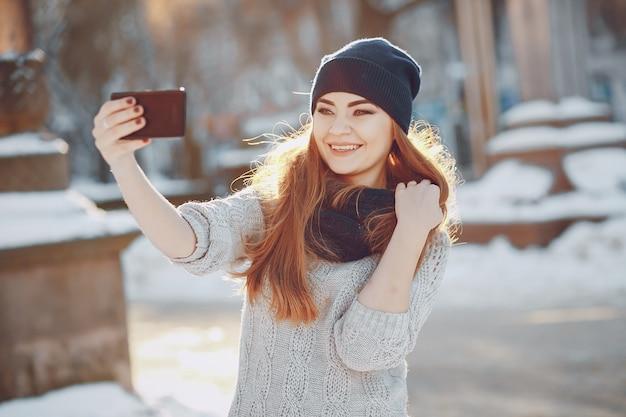 Vrouw zonnig gelukkig seizoen jong