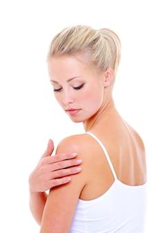 Vrouw zorg haar schouder masseren over witte ruimte