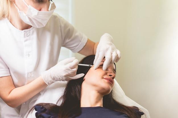 Vrouw zorgt voor zichzelf en doet verjongende gezichtsinjecties