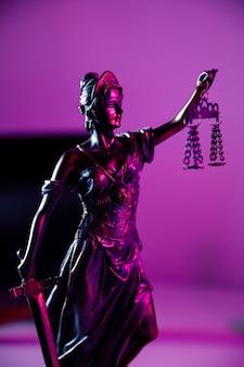Vrouwe van justitie in notariskantoor. verticale afbeelding.