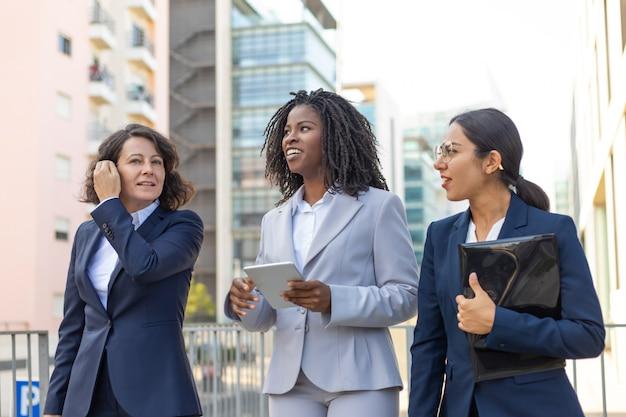 Vrouwelijk commercieel team met documenten en tablet