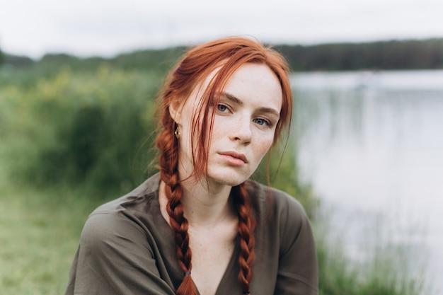 Vrouwelijk de schoonheidsmeisje van de portretlevensstijl met vlechten