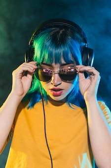 Vrouwelijk dj dat zonnebril op zet