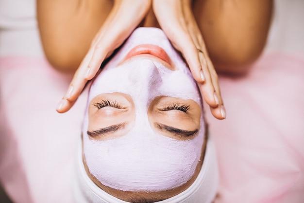 Vrouwelijk gezicht bedekt met masker close-up