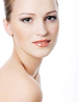 Vrouwelijk gezicht met een gezonde teint