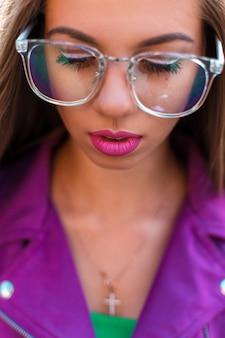 Vrouwelijk gezicht met glazen close-up