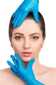 Vrouwelijk gezicht met schoonheidsbehandeling