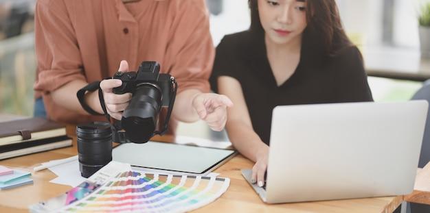 Vrouwelijk grafisch ontwerpteam dat het project bespreekt