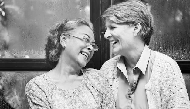 Vrouwelijk helder lachend lachend geluksconcept voor dames
