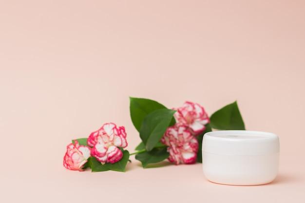 Vrouwelijk hygiënisch product lege witte plastic container voor crèmelotion voedend of hydraterend masker